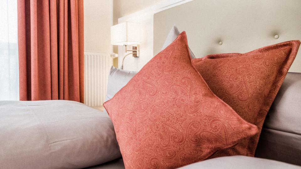 Zimmer_Rot_Closeup_Kissen_Hotel_Inselhof_Borkum